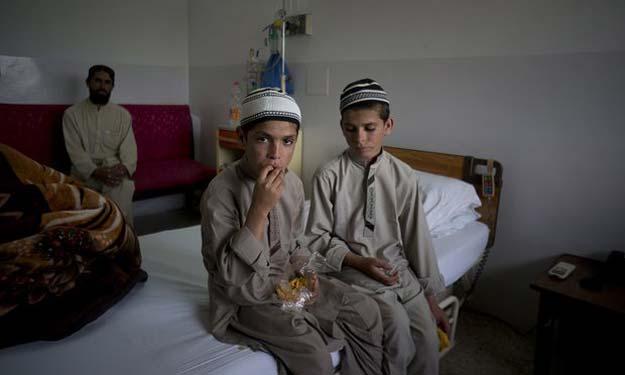 Abdul Rasheed (l), nine, and Shoaib Ahmed, 13, at a hospital in Islamabad. Photo: B.K. Bangash/AP