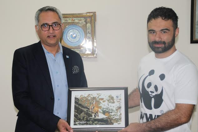 Hammad Naqi Khan (L) praised Bashir Ahmad's (R) efforts for working on many other initiatives in his personal capacity for the betterment of the country. PHOTO: PUBLICITY