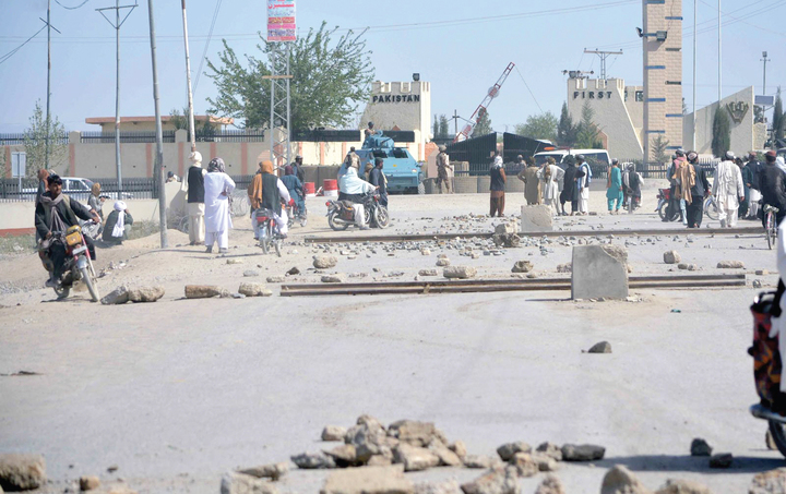 Residents of Chaman blocked the Spin Boldak International Highway against the firing by security forces at the Pak-Afghan border. PHOTO: INP