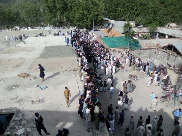 A mob surrounding the Chitral Police Station demanding that a man accused of blasphemy be handed over to them: PHOTO/EXPRESS
