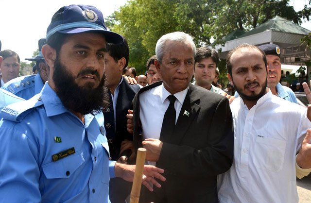 Pakistan Muslim League-Nawaz leader Nehal Hashmi outside Supreme Court, Islamabad. PHOTO: INP