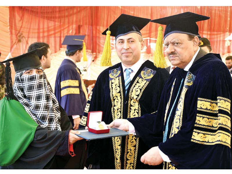President Mamnoon confers a gold medal on a student of Bannu University. PHOTO: APP