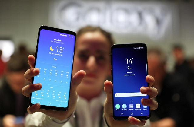 A hostess shows up Samsung's new S9 (R) and S9 Plus devices after a presentation ceremony at the Mobile World Congress in Barcelona, Spain February 25, 2018. PHOTO: REUTERS