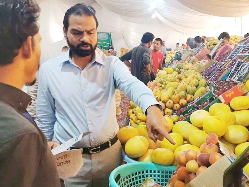 Price Control Committee Chairman Mian Usman Ghalib inspects fruits and vegetables during his visit to Ramazan Bazaar in Gulberg. PHOTO: ONLINE