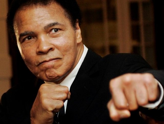 US boxing great Muhammad Ali poses during the Crystal Award ceremony at the World Economic Forum (WEF) in Davos, Switzerland January 28, 2006. PHOTO:REUTERS