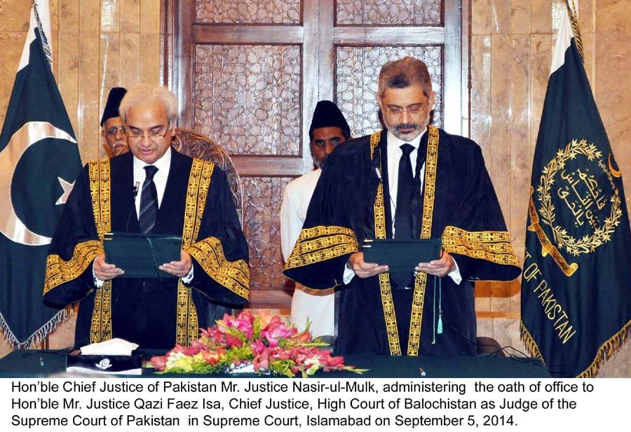 Chief Justice of Pakistan Nasirul Mulk (L) administrating oath to the Justice Qazi Faez Isa as Judge of Supreme Court of Pakistan. PHOTO: PID/FILE