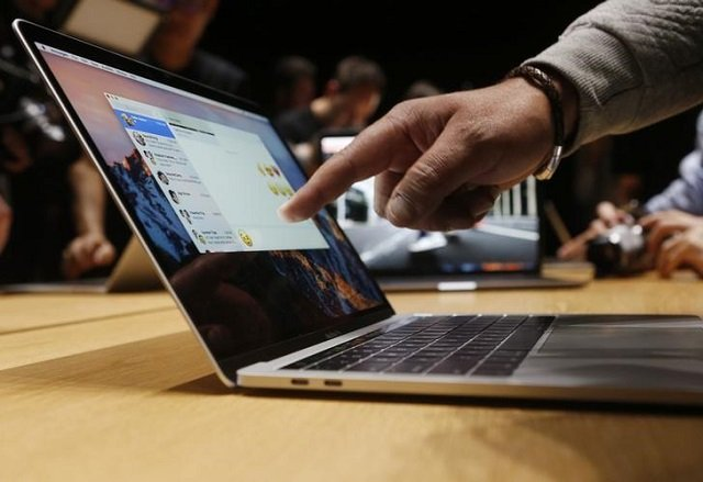 A guest points to a new MacBook Pro during an Apple media event in Cupertino, California, US October 27, 2016. PHOTO: REUTERS