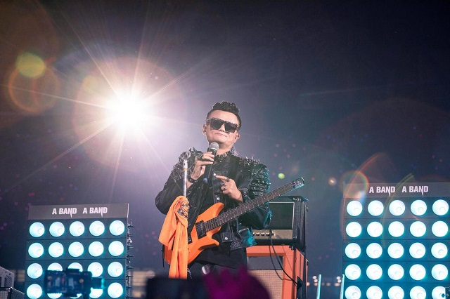 A tearful Jack Ma formally left Alibaba (BABA.N) on Tuesday, donning a guitar and a rock star wig at an event for thousands of employees of the e-commerce giant he founded 20 years ago. PHOTO: REUTERS