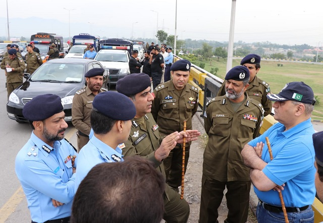 Officials of Islamabad and Rawalpindi police departments visit various areas of the two cities including Faizabad Interchange on Saturday. PHOTO: EXPRESS