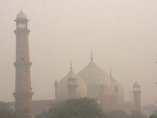 Smog hangs in the air around Badshahi Mosque in Lahore. PHOTO: EXPRESS/FILE