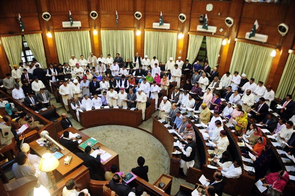 Newly-elected Sindh provincial assembly members take oath an at the main hall of the Sindh provincial assembly building in Karachi on May 29, 2013.  PHOTO: AFP