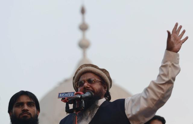 Hafiz Mohammad Saeed, head of banned Pakistan charity organisation Jamaat-ud-Dawa (JuD), addresses an anti-US rally in Lahore on December 1, 2013. AFP PHOTO/Arif ALI
