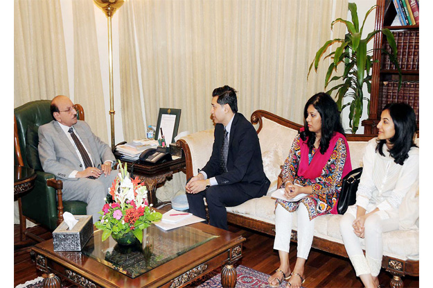 Sindh Chief Minister Qaim Ali Shah holding meeting with UN-WOMEN delegation. PHOTO: NNI